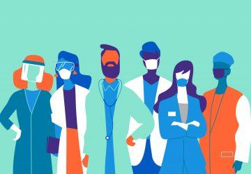 Squadra di medici e infermieri uomini e donne che indossano le mascherine